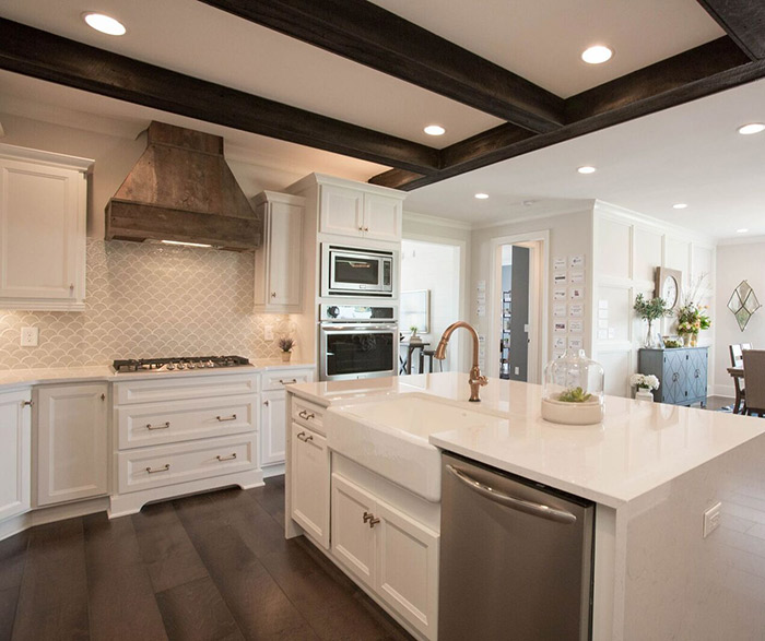 White kitchen cabinets in the Lautner door style
